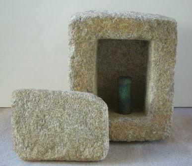 画像:経筒と石櫃