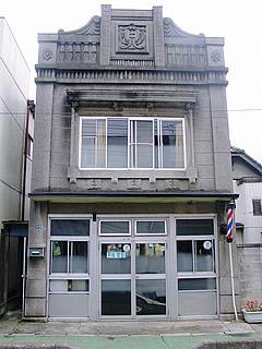 画像:旧石岡市内の看板建築10-平松理容店-