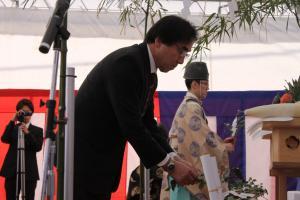 画像:玉串奉奠(今泉市長)