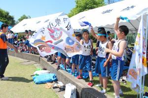 画像:選手を応援する小学生たち
