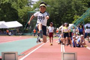 画像:男子走り幅跳びの様子
