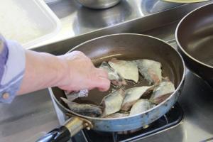 画像:フライパンでアジを軽めに揚げます