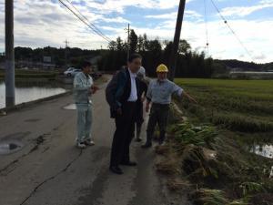『台風18号の影響で道路の法面が崩落した片野地区』の画像