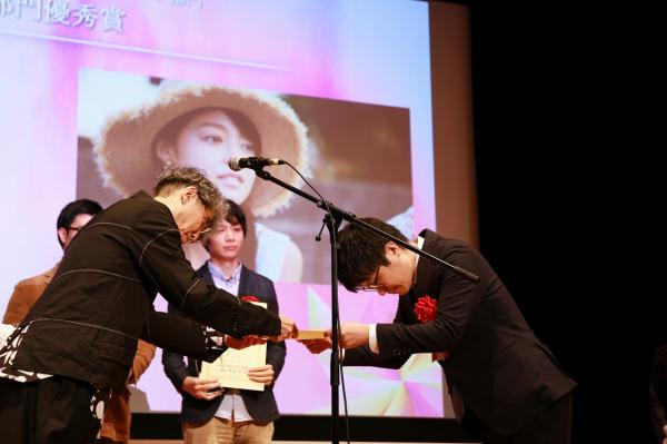 『映文連アワード2019表彰式(1)賞状授与』の画像